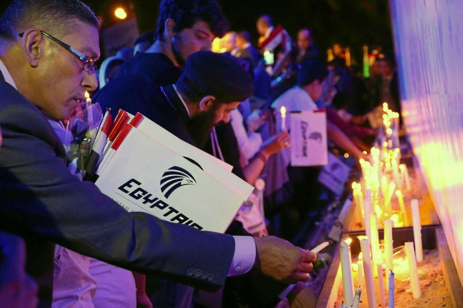 EgyptAir: au Caire, une nuit pour honorer les victimes