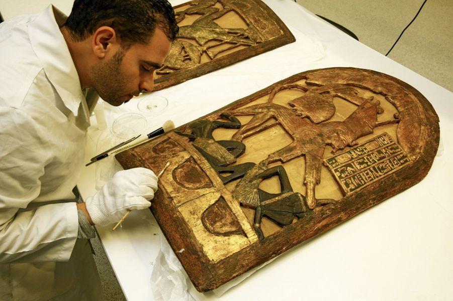 Un bouclier de bois doré et de peaux, en provenance du Caire, sur lequel se penche Ahmed El-Sheikha. Représenté en sphinx, le roi y piétine deux Nubiens.