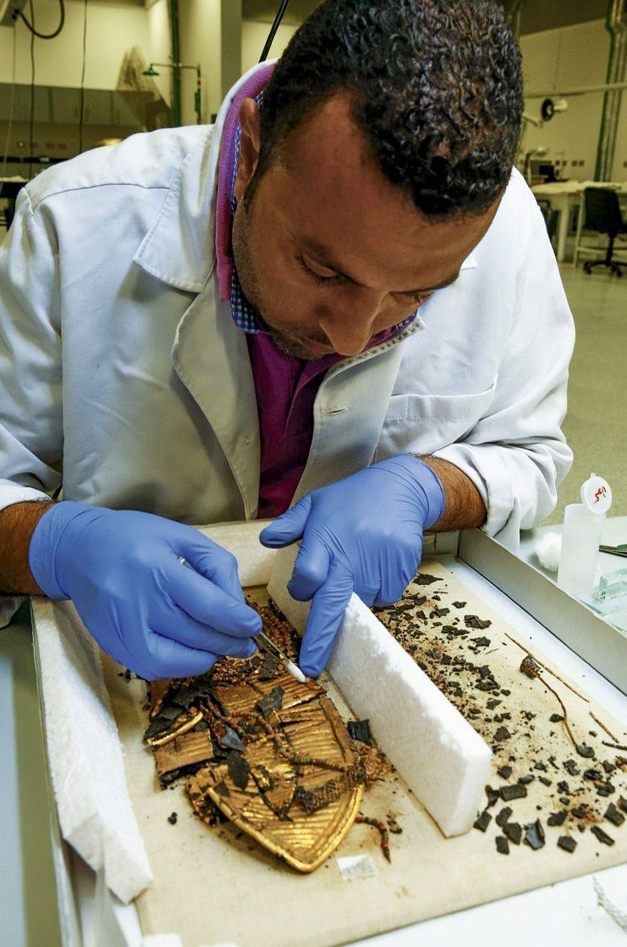 Reconstitution d'une sandale en cuir, or et faïence par Amir Moustafa. Il aura besoin de trois mois pour restaurer la paire.
