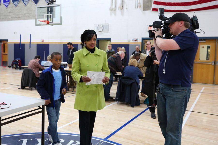 La candidate démocrate Jahana Hayes vote à Wolcott, dans le Connecticut, le 6 novembre 2018.