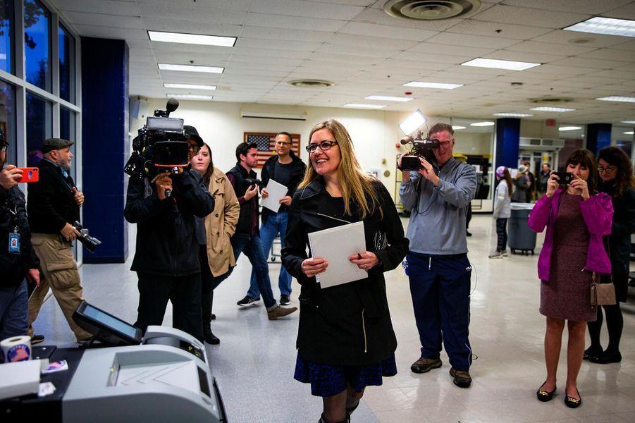 La candidate démocrate Jennifer Wexton vote à Leesburg, en Virginie, le 6 novembre 2018.
