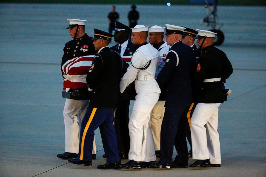 Le cercueil de John McCain a été transporté vers Washington, le 30 août 2018.
