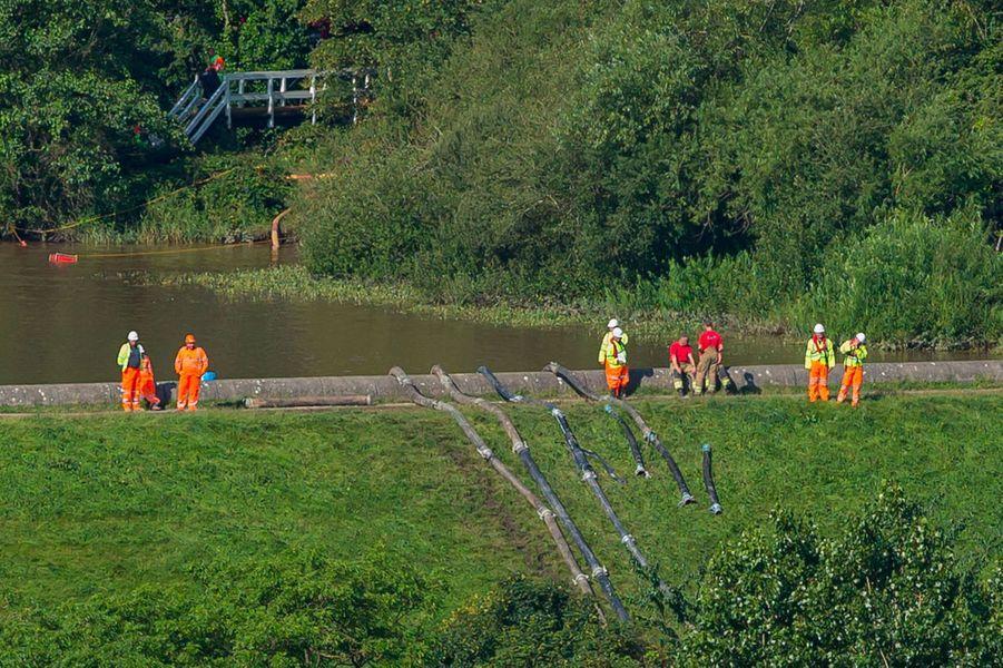 Les eaux du lac artificiel sont pompées, vendredi, alors que le barrage de Whaley Bridge menace de s'effondrer.