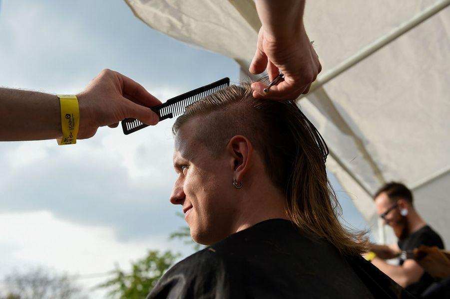 """Des stands de coiffeurs accueillent les courageux prêts à sa mettre au """"mulet""""."""