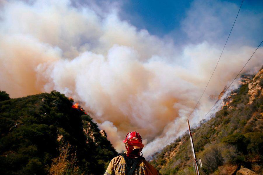 Les pompiers tentant de lutter contre le «Woolsey Fire» à Malibu, le 11 novembre 2018.
