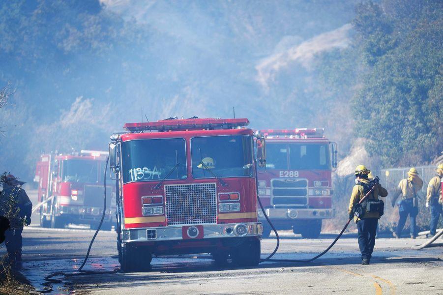 Les pompiers tentant de lutter contre le «Woolsey Fire» à West Hills, le 11 novembre 2018.