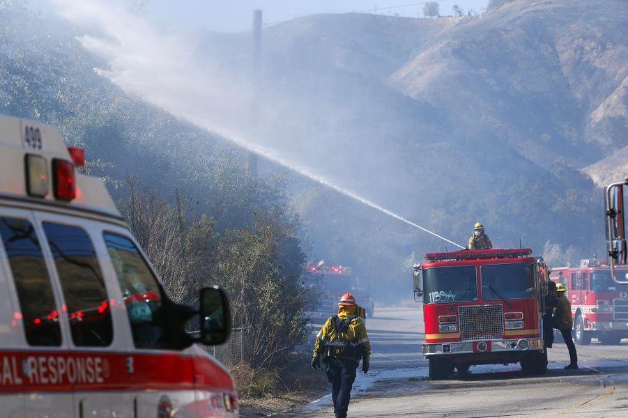 Un hélicoptère tentant de lutter contre le «Woolsey Fire» à West Hills, le 11 novembre 2018.