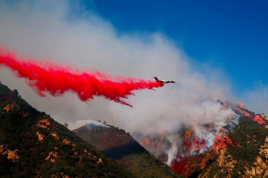 Un hélicoptère tentant de lutter contre le «Woolsey Fire» à Malibu, le 11 novembre 2018.