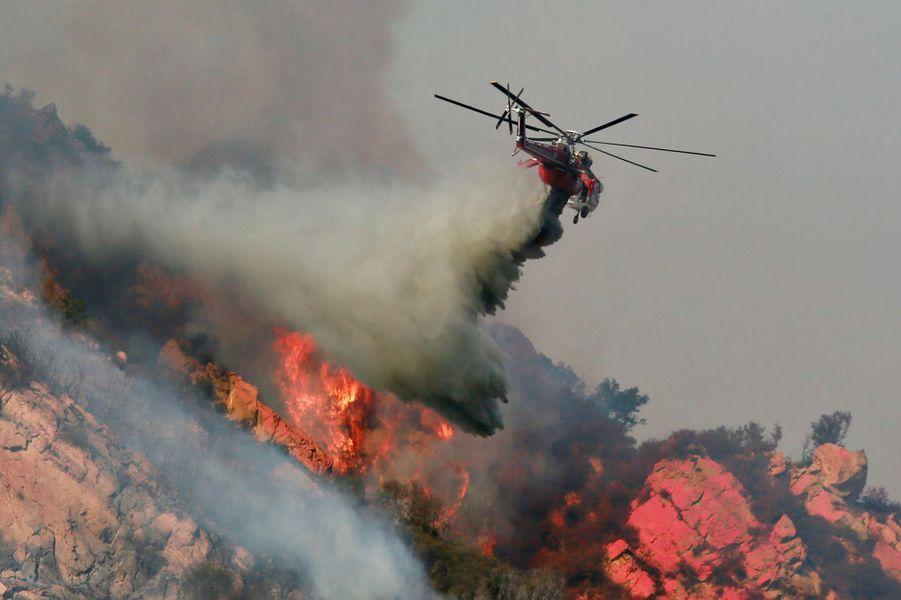 Un hélicoptère tentant de lutter contre le «Woolsey Fire» à Malibu, le 10 novembre 2018.