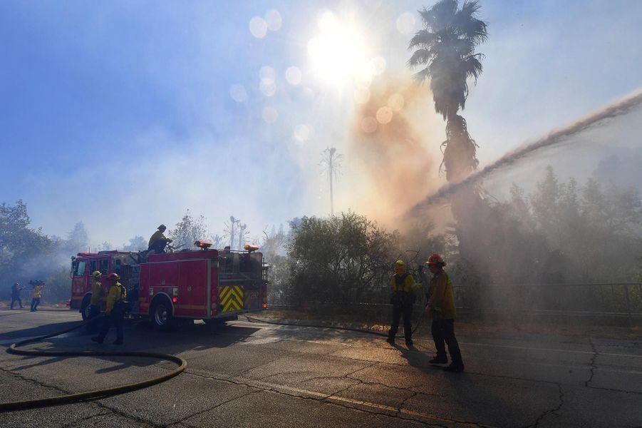 Les pompiers luttant contre le «Woolsey Fire», à West Hills, le 11 novembre 2018.
