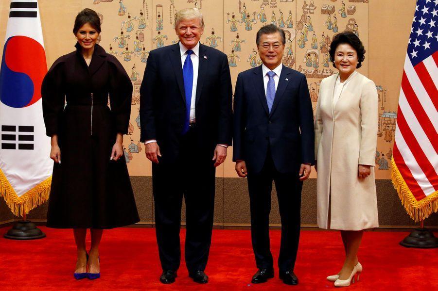 Melania et Donald Trump, avec le président sud-coréen Moon Jae-In et son épouseKim Jung-sook à la Maison Bleue, à Séoul, le 7 novembre 2017.