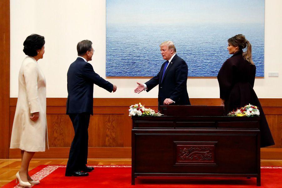 Melania et Donald Trump, avec le président sud-coréen Moon Jae-In et son épouseKim Jung-sookà la Maison Bleue, à Séoul, le 7 novembre 2017.
