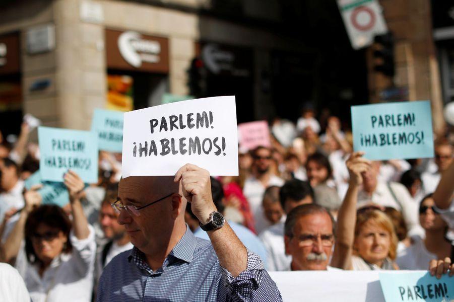 Manifestation à Barcelone pour le dialogue et l'unité, le 7 octobre 2017.