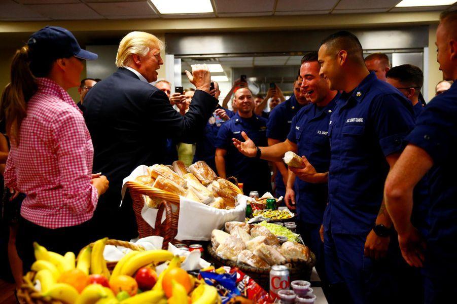 Melania et Donald Trump ont rendu visite aux garde-côtes de Riviera Beach, en Floride, le 23 novembre 2017.