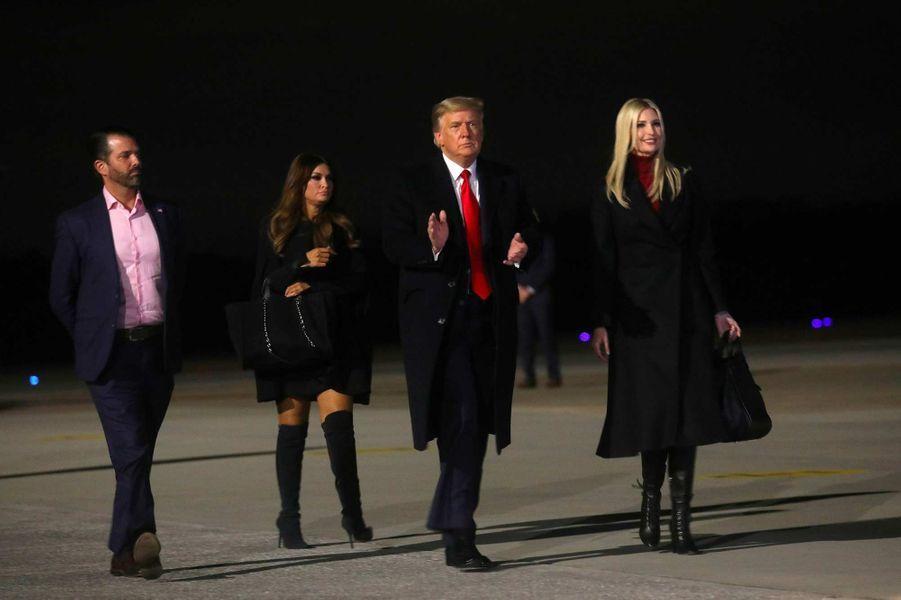 Donald Trump Jr, Kimberly Guilfoyle, Donald et Ivanka Trump après le meeting de Dalton, en Géorgie, le 4 janvier 2021.