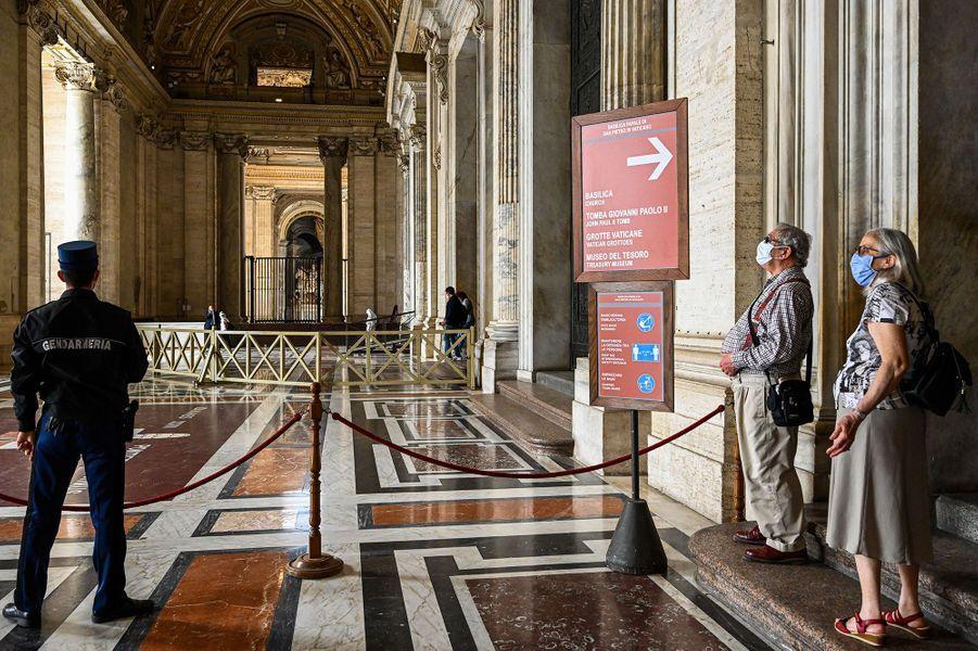 La basilique Saint-Pierre de Rome a rouvert lundi ses portes au public