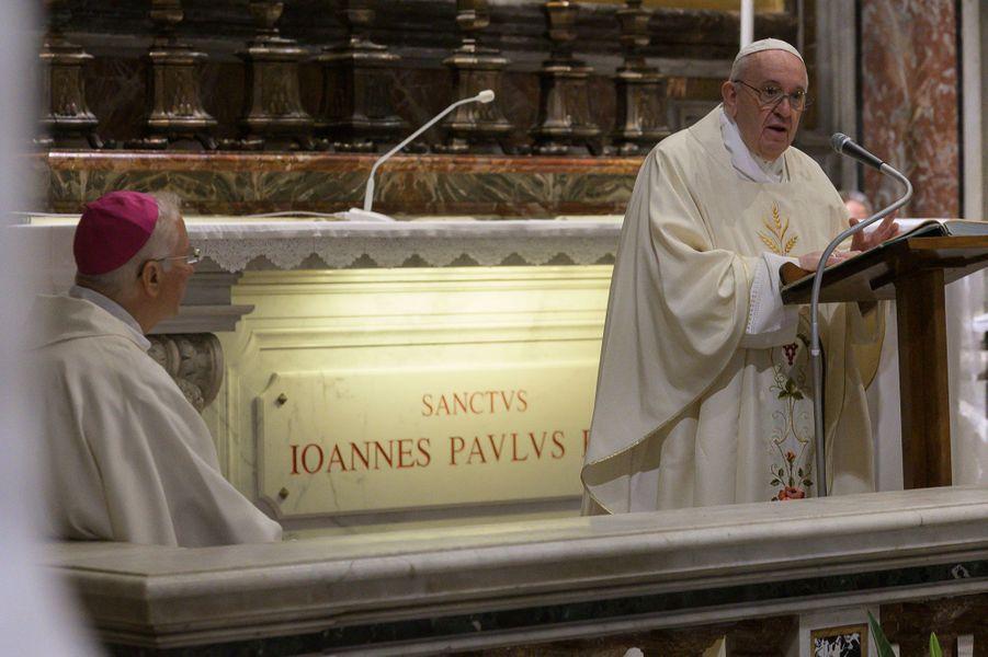 Le pape François a célébré à l'aubeune messe privée à l'occasion du centenaire de la naissance du défunt pape Jean Paul II.