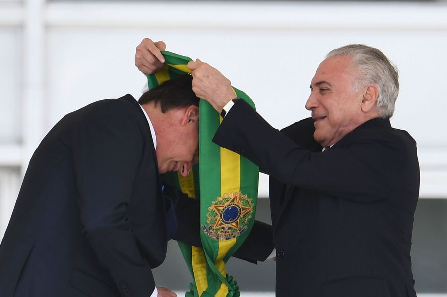 Le nouveau président a reçu des mains de son prédécesseur Michel Temer l'écharpe présidentielle.
