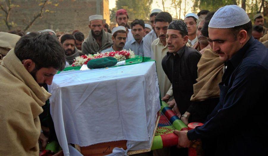 Des proches portent le cercueil d'un soldat