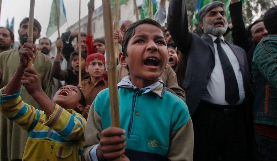 Les attaques d'hélicoptères de l'Otan contre deux postes de contrôle militaire au nord-ouest du Pakistan samedi ont soulevé la colère des sympathisants du parti politique religieux Jamaat-e-Islami. Ils ont notamment manifesté dans les rues d'Islamabad dimanche alors que les funérailles des soldats tués dans le raid ont eu lieu à Peshawar.