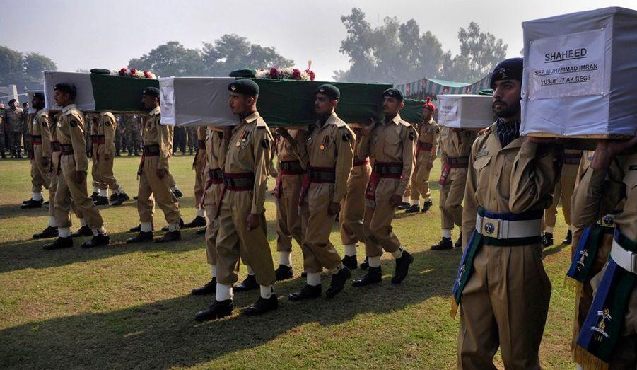 Sur les cercueils des soldats, on peut lire le mot«Shahid» qui signifie martyr.