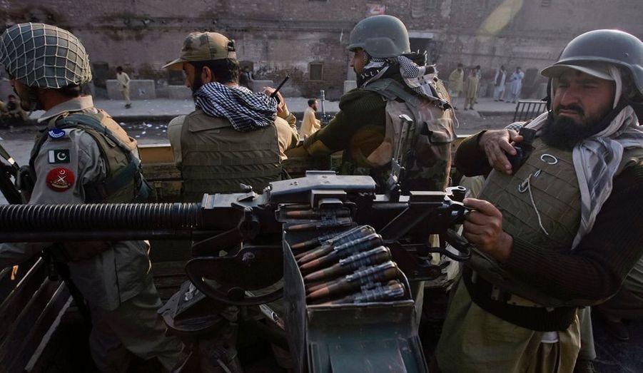 Les forces paramilitaires patrouillent dans les rues de Peshawar.