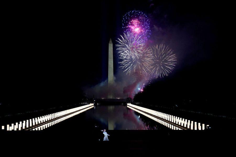 L'investiture de Joe Biden, le 46e président des Etats-Unis s'est conclue par un magnifique feu d'artifice dans le ciel de Washington.