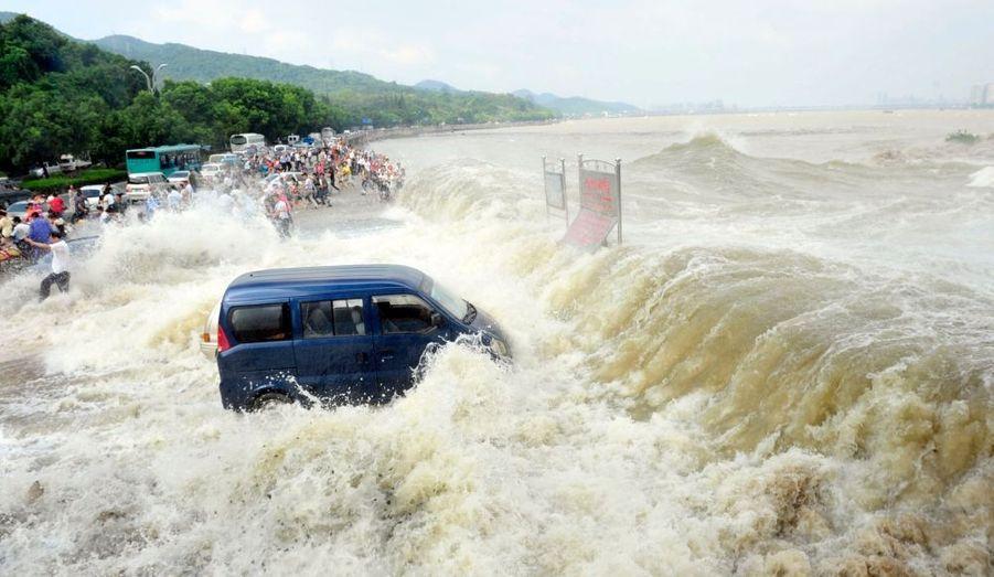 Même constat à Hangzhou, où une camionnette garée fait les frais des éléments déchainés.