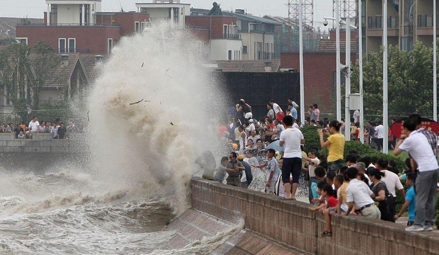 A Haining, les habitants venus voir les vagues sont pris de cours.