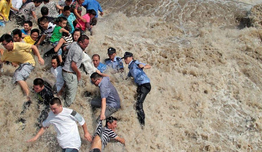 Après avoir lourdement touché les Philippines et Taïwan, la tempête tropicale Nanmadol, atteint les côtes chinoises mardi. Bien qu'affaiblie, elle s'accompagne toujours de fortes pluies et surprend la population.Dans la ville de Haining, habitants et policiers sont surpris par les vagues de la rivière Qiantang, poussées par les bourrasques.