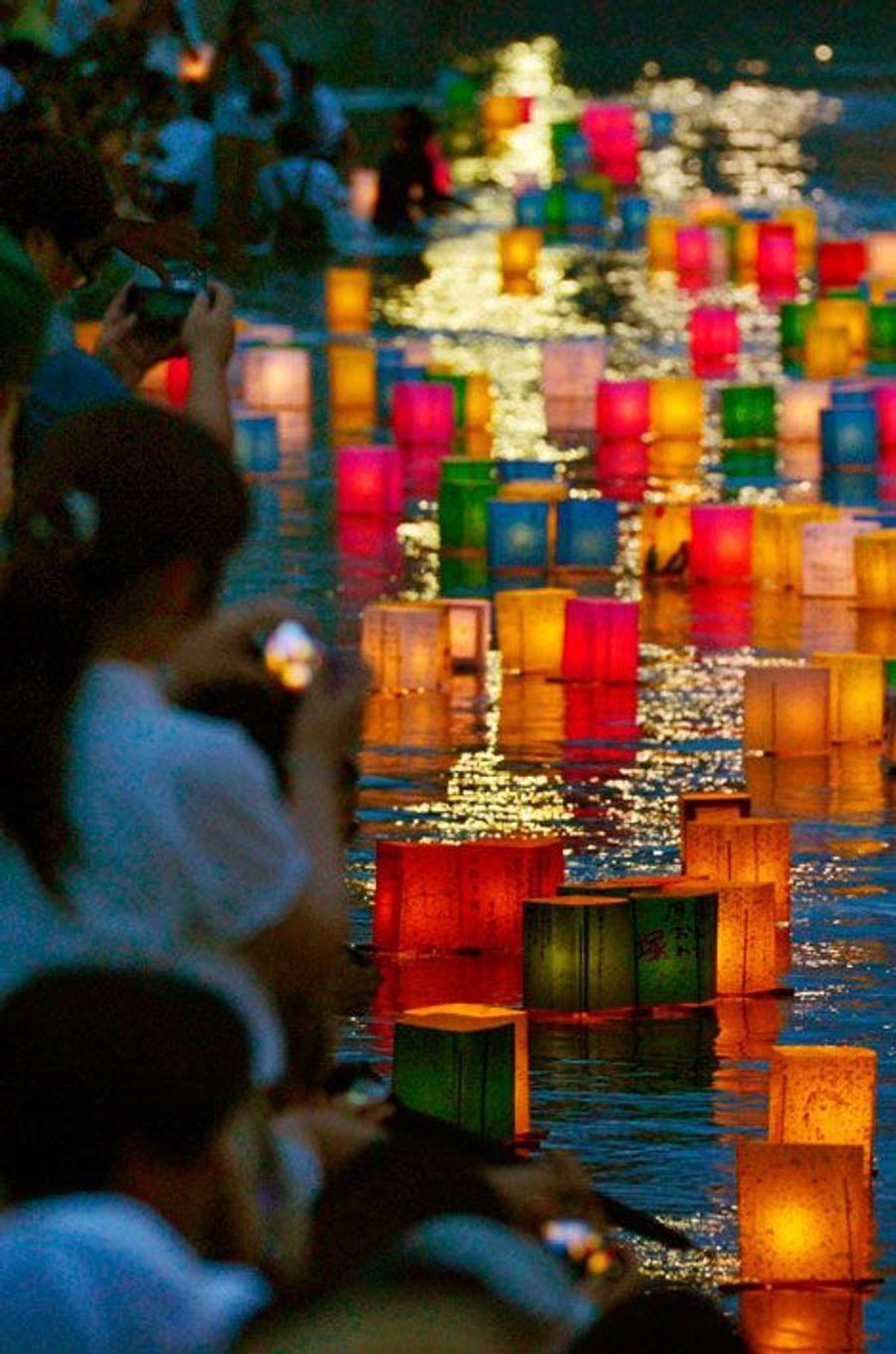 Des lanternes flottant sur la rivière Motoyasu