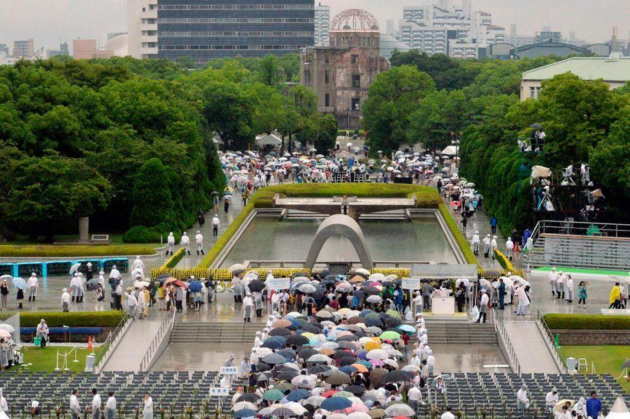 Des milliers de gens font la queue, attendant de faire une prière pour les morts