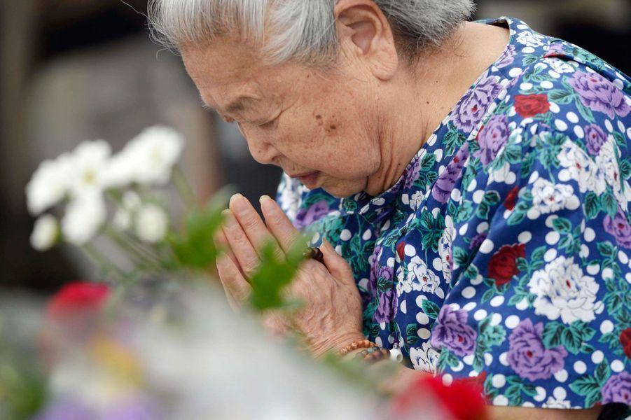 Une vieille dame en pleine prière