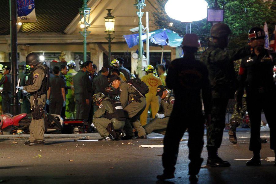 """Les autorités thaïlandaises estiment que les auteurs de l'attentat visaient les """"étrangers"""" et voulaient """"porter atteinte au tourisme"""", l'un des rares points positifs d'une économie thaïlandaise en berne. """"Cette attaque est la pire jamais"""" commise qui """"ciblait directement de personnes innocentes"""", a déclaré devant les journalistes, Prayut Chan-0-Cha, chef de la junte et Premier ministre depuis le coup d'Etat de mai 2014. """"Ils veulent détruire notre économie, le tourisme. A partir de maintenant notre économie va se dégrader"""", a indiqué le chef de la junte, Prayut Chan-0-Cha. Le cours du baht thaïlandais s'est effondré mardi à son cours le plus bas depuis six ans tandis que la Bourse de Bangkok était en baisse, les marchés s'inquiétant des répercussions de l'attentat commis lundi sur le tourisme, secteur vital de l'économie thaïlandaise.Parmi les victimes figurent en effet plusieurs étrangers, nombreux à venir voir ce temple à ciel ouvert, situé en plein coeur de Bangkok au milieu des grands centres commerciaux de la ville. Au moins deux Malaisiens, un Singaporien, un Chinois, un Philippin ont été tués, d'après la police ainsi que dix Thaïlandais. Selon le département de l'immigration de Hong Kong, deux de ses résidents sont également décédés dans l'explosion et six autres blessés et hospitalisés. D'après les autorités de Singapour et de Taïwan, certains de leurs concitoyens ont également été blessés."""