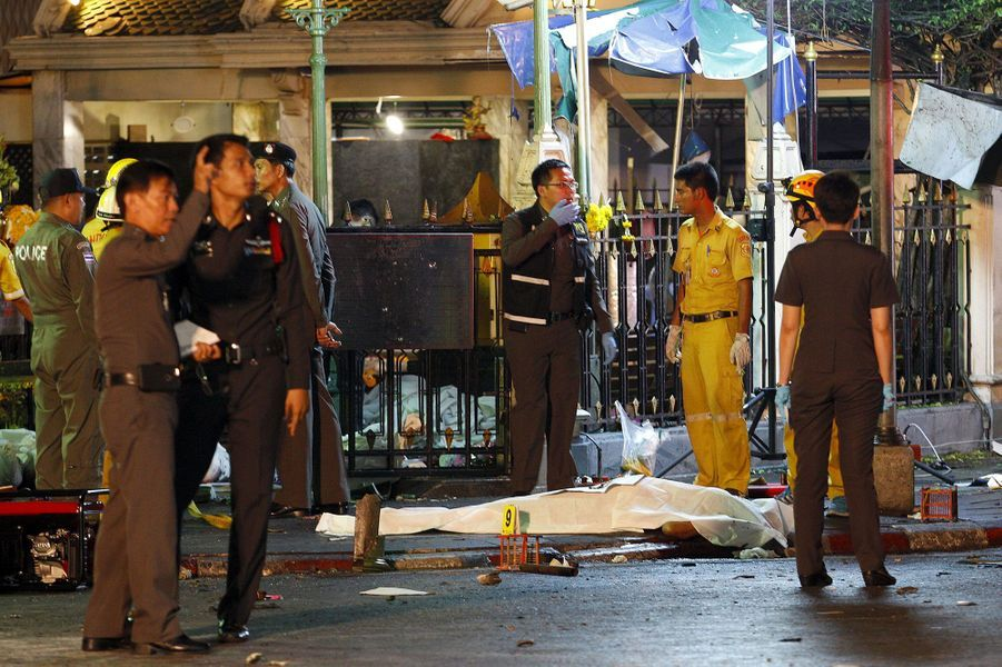 Dans le sud de la Thaïlande, en proie à un conflit qui a fait plus de 6.300 morts depuis 2004, les attentats sont fréquents mais moins bien moins meurtriers. Et aucune attaque n'a jamais été confirmée à l'extérieur de cette région malgré les années de guerre. Depuis mai 2014, la Thaïlande est gouvernée par la junte militaire, qui a pris le pouvoir pour mettre fin à des mois de manifestations meurtrières contre l'ancien gouvernement élu. Le pays reste tendu et profondément divisé après près d'une décennie de troubles politiques, conclus par deux coups d'Etat. L'ancien Premier ministre Thaksin Shinawatra, qui s'est exilé pour fuir des poursuites judiciaires, est notamment au coeur des fractures du royaume.Après l'attaque, de nombreux pays ont réagi exprimant leur compassion. Dans un communiqué, le Secrétaire général de l'ONU Ban Ki-moon s'est dit choqué. Les Etats-Unis et la France ont recommandé à leurs ressortissants d'éviter cette zone et d'être prudents dans la capitale thaïlandaise. Très populaire, le lieu de l'attentat est un sanctuaire dédié au dieu hindou Brahma, qui attire aussi chaque jour des milliers de fidèles bouddhistes.
