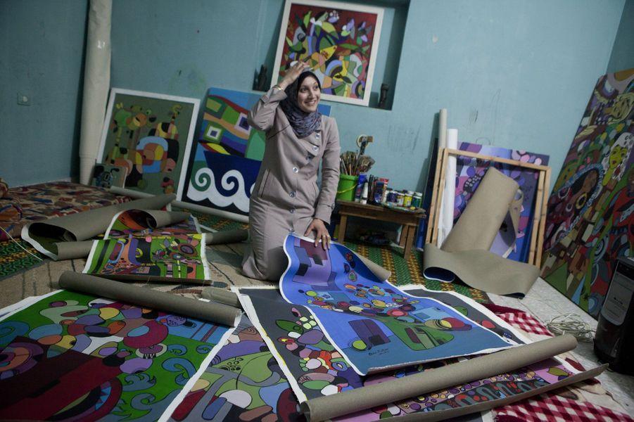 «Il y a eu une exposition en Jordanie, mais je n'ai pas pu envoyer mes œuvres. A Gaza, trouver du matériel est compliqué. J'ai fait une compétions un fois et j'ai dû acheter un linceul pour les morts pour pouvoir peindre dessus. Mon rêve est de devenir une artiste célèbre, à Gaza mais aussi ailleurs».