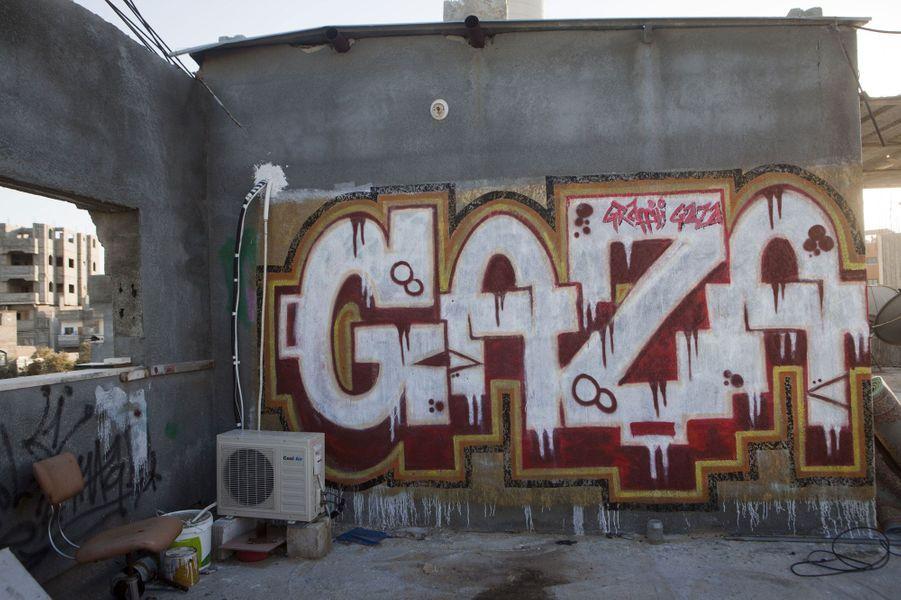 «Les gens ne comprennent pas que faire des graffiti coute beaucoup d'argent. Je fais ça parce que j'aime ça. Je travaille partout à Gaza, sur tous les murs libres».
