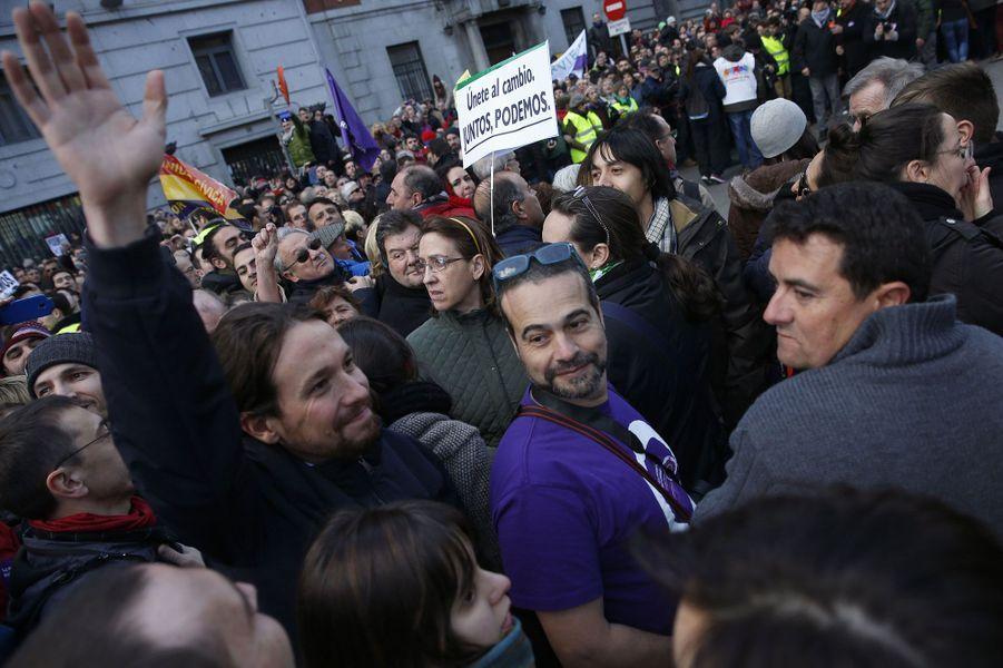 Pablo Iglesias, bras levé
