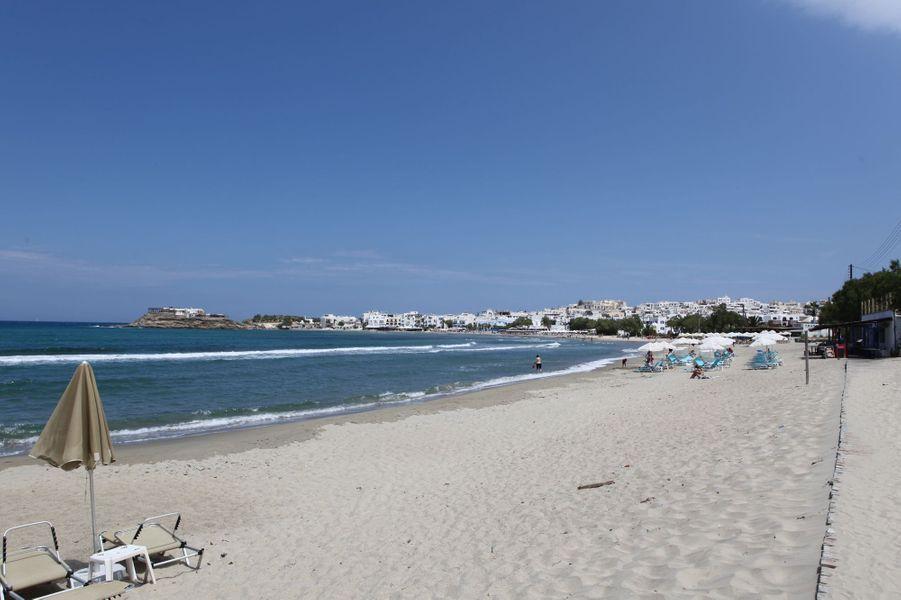 Mais que possède cette île de Naxos pour envoûter le visiteur? Les vents qui font la joie des surfeurs? Les plages de sable? La bonne cuisine pas chère? Plus fort: des habitants qui savent donner, être aimables, chaleureux, sans retour.A lire : Français, Allemands, ... - La Grèce ils y croient !