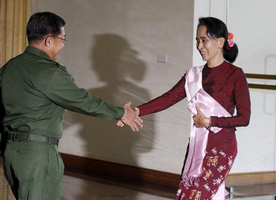 Aung San Suu Kyi et le chef des forces armées Min Aung Hlaing