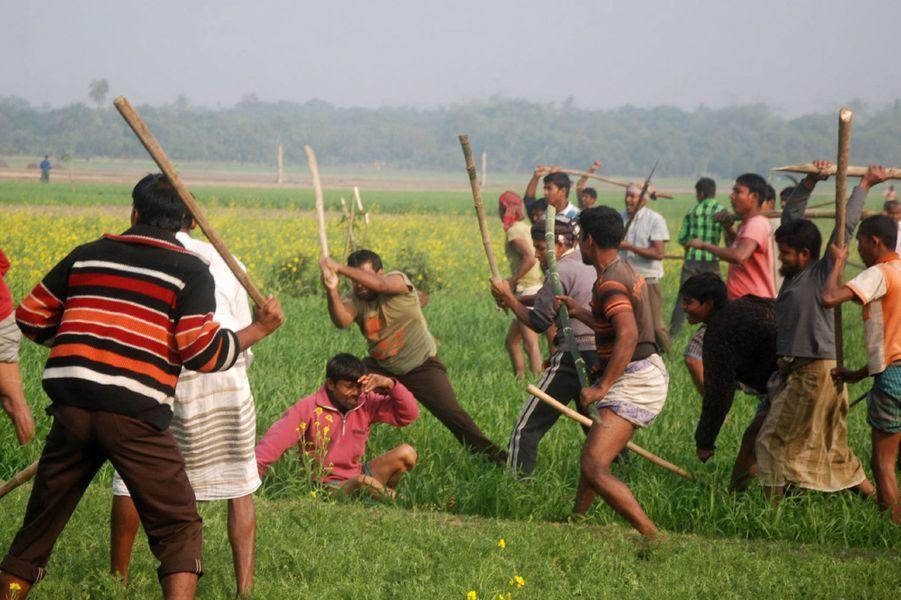Dimanche, la Ligue Awami, au pouvoir au Bangladesh, a remporté les élections législatives. La légitimité du scrutin est cependant fortement remise en cause par le boycott du principal parti d'opposition. De même, les électeurs se sont peu mobilisés et la journée a été émaillée d'incidents. Plusieurs morts sont à déplorer et des bureaux de vote ont été incendiés. La campagne violente avait déjà fait plus de 100 morts. Ici, des partisans de Jamaat-e-Islami et du Bangladesh Nationalist Party battent un activiste de la ligue Awami, lors d'affrontements à Rajshahi.
