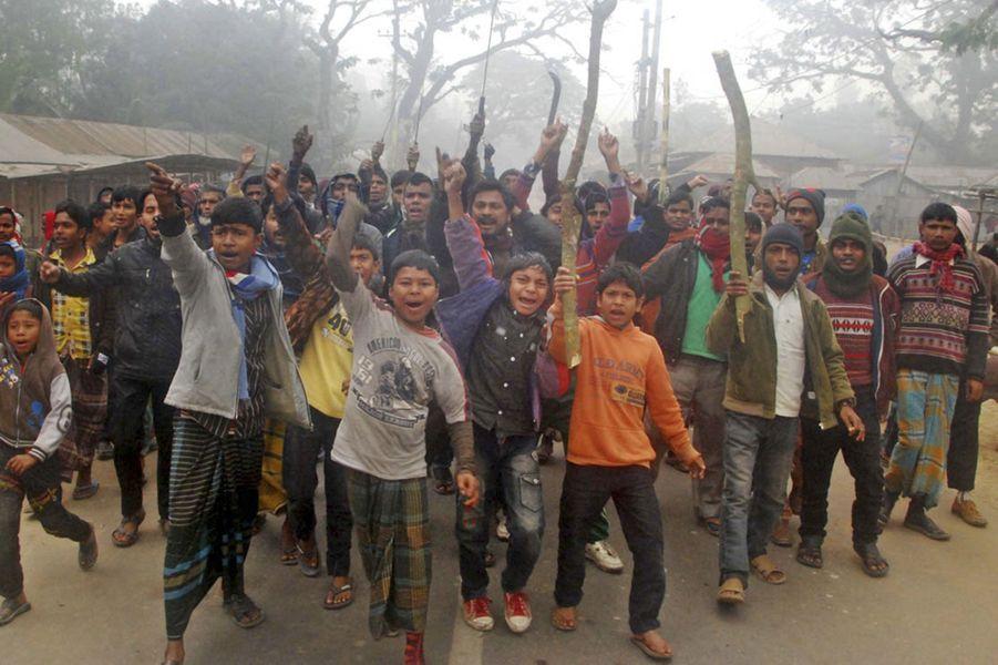 Après des affrontements avec la police, les manifestants de la ville de Gaibandha ne désarment pas.