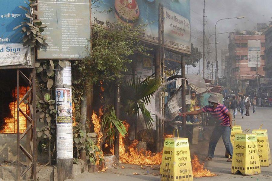 Des activistes de Jamaat-E-Islami ont mis le feu à une permanence de laLigue Awami lors de heurts à Narayanganj.