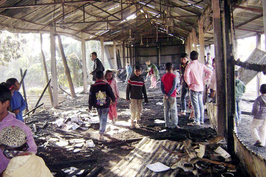 A Feni, cette école primaire qui devait servir de bureau de vote a été ravagée par les flammes. Au total, près de 60 bureaux ont été incendiés au Bangladesh le jour de l'élection.