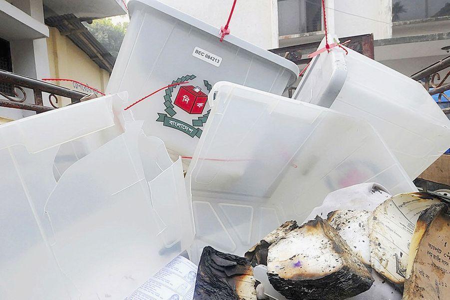 A Bogra, des urnes cassées et brulées ont été retrouvées devant un bureau de vote attaqué par des manifestants.