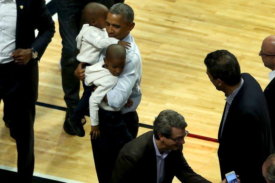 Barack Obama assiste au match de NBA entre les Cleveland Cavaliers et les Chicago Bulls, le 27 octobre 2015.