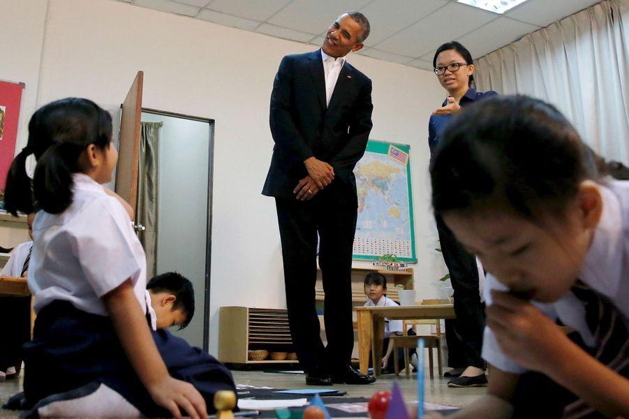 Barack Obama en visite dans une école de Kuala Lumpur, en Malaisie, le 21 novembre 2015.