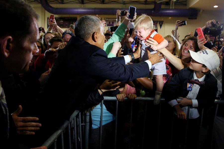 Barack Obama prend dans ses bras un bébé en larmes à Colombus, dans l'Ohio, le 1er novembre 2016.