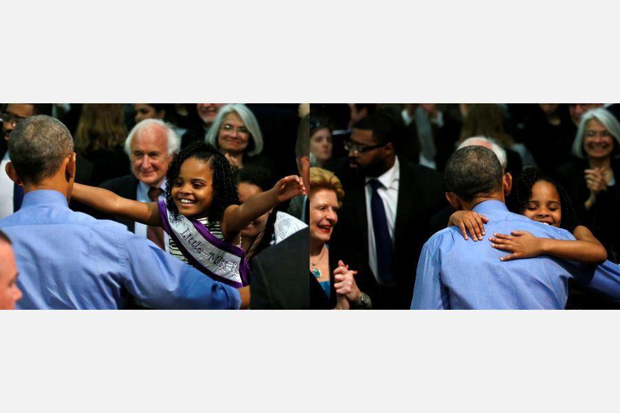 Amariyanna, une habitante de Flint, dans le Michigan, prend dans ses bras Barack Obama, le 4 mai 2016.