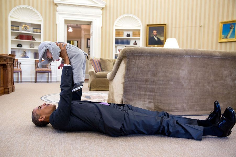 Barack Obama et Ella, la fille de son conseiller Ben Rhodes, dans le Bureau ovale de la Maison-Blanche, le 30 octobre 2015.